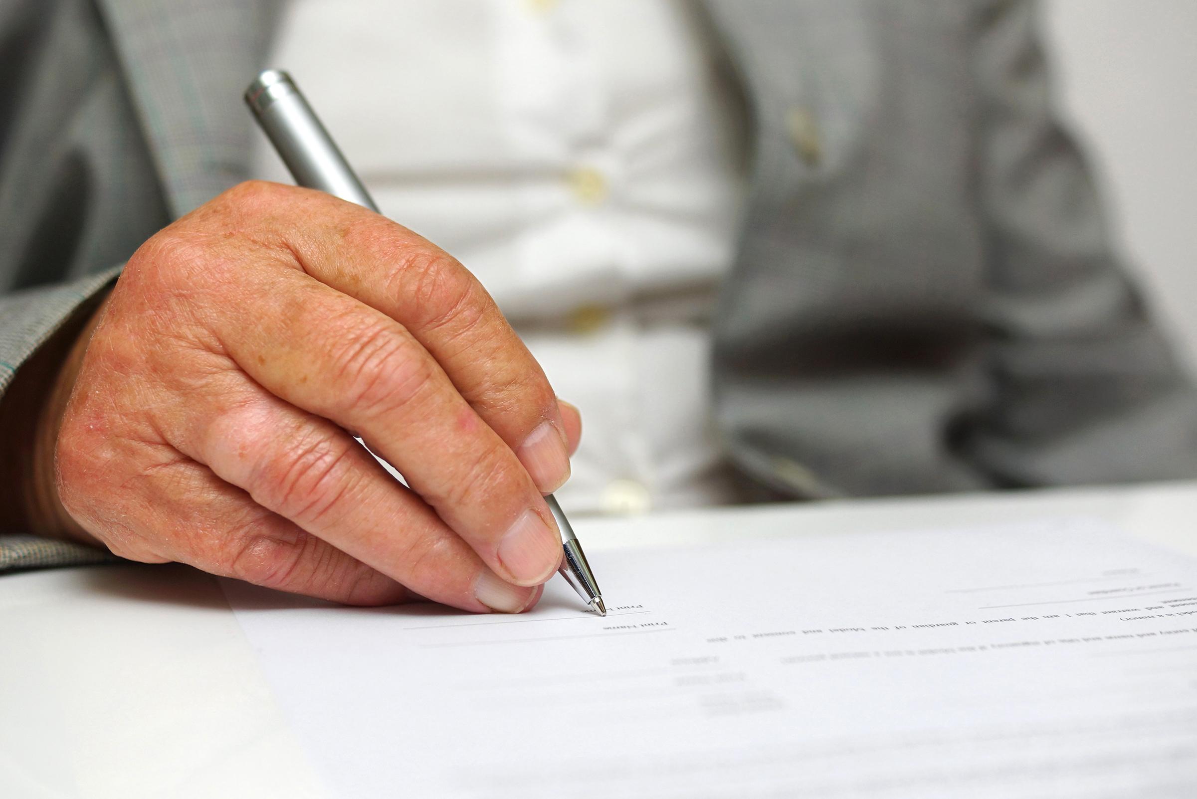 IKKE ALLTID NØDVENDIG: Men hvis du skal skrive testamente, må du passe på at det gjøres riktig.