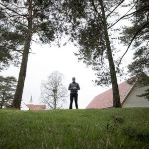 IMG_1575-Erik_Lande_utenfor_Lyngdal_Kirke