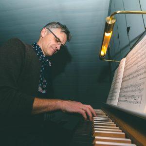 Tormod Lindland på orgelet i Mandal kapell