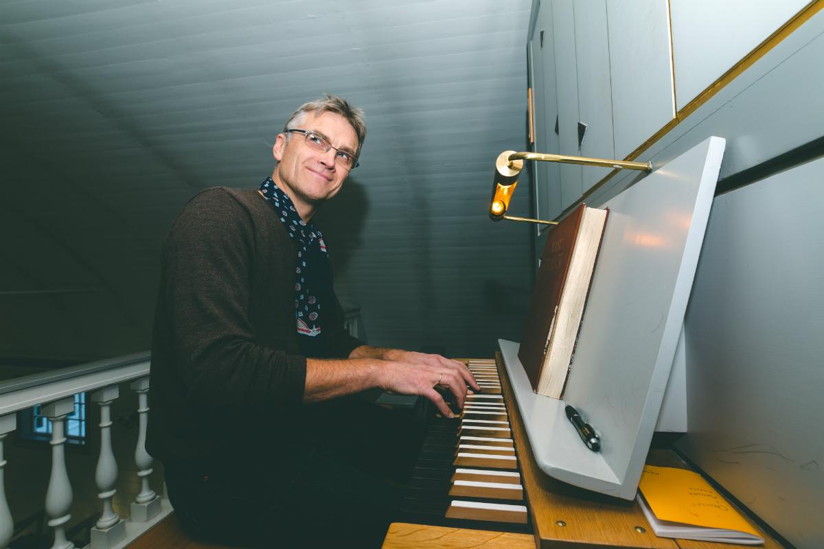 Tormod Lindland ved orgelet