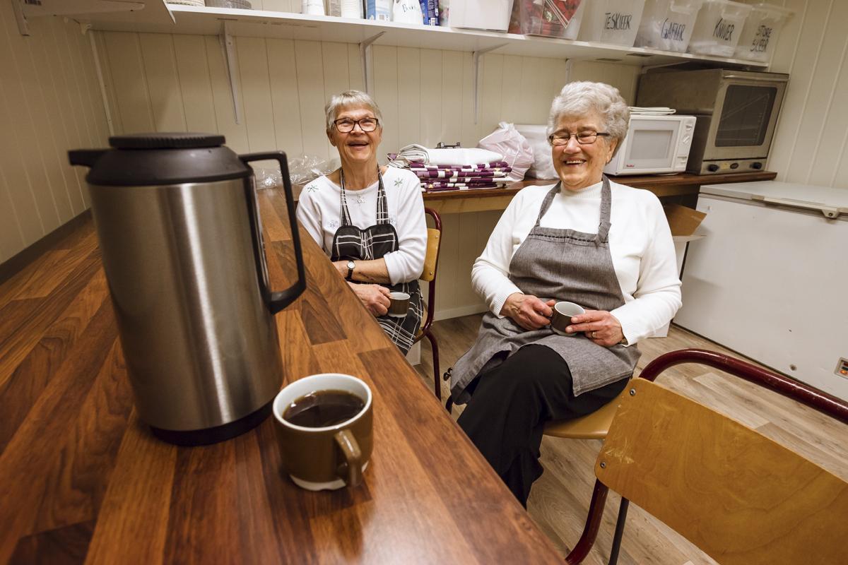 Vil ikke forstyrre. Mens minnemøtet går sin gang, sitter Arna og Anne-Marie på et lager bak kjøkkenet og drikker kaffe og prater.