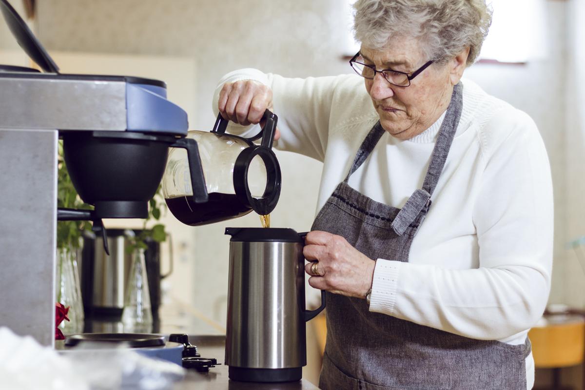 Svart. Hun har sendt noen tusen liter vann gjennom moccamasteren på Å bedehus, Arna Vidringstad.