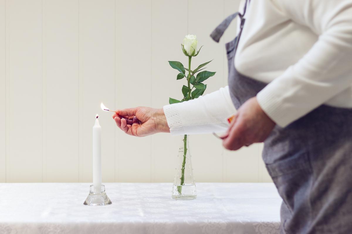 Detaljer. – Det er viktig at det blir gjort pent, med duker, dekking og alt, sier Arna Vidringstad. Hun og Anne-Marie ordner alt, både forberedelser, servering og opprydding.