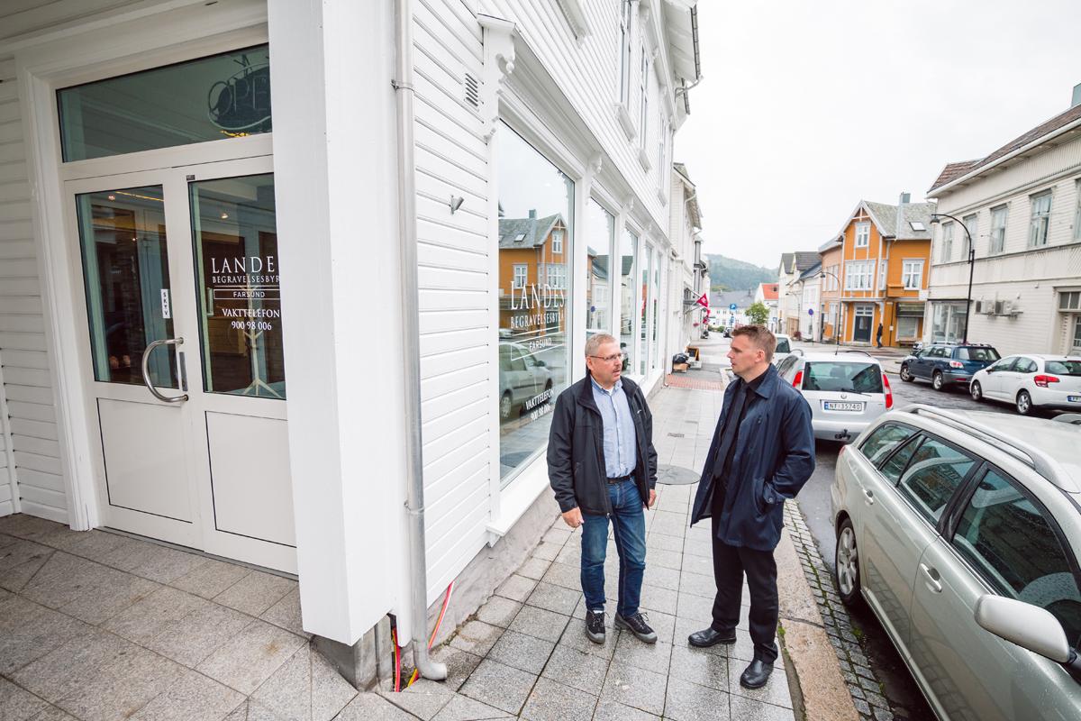 Erik og Svein Lande utenfor kontoret