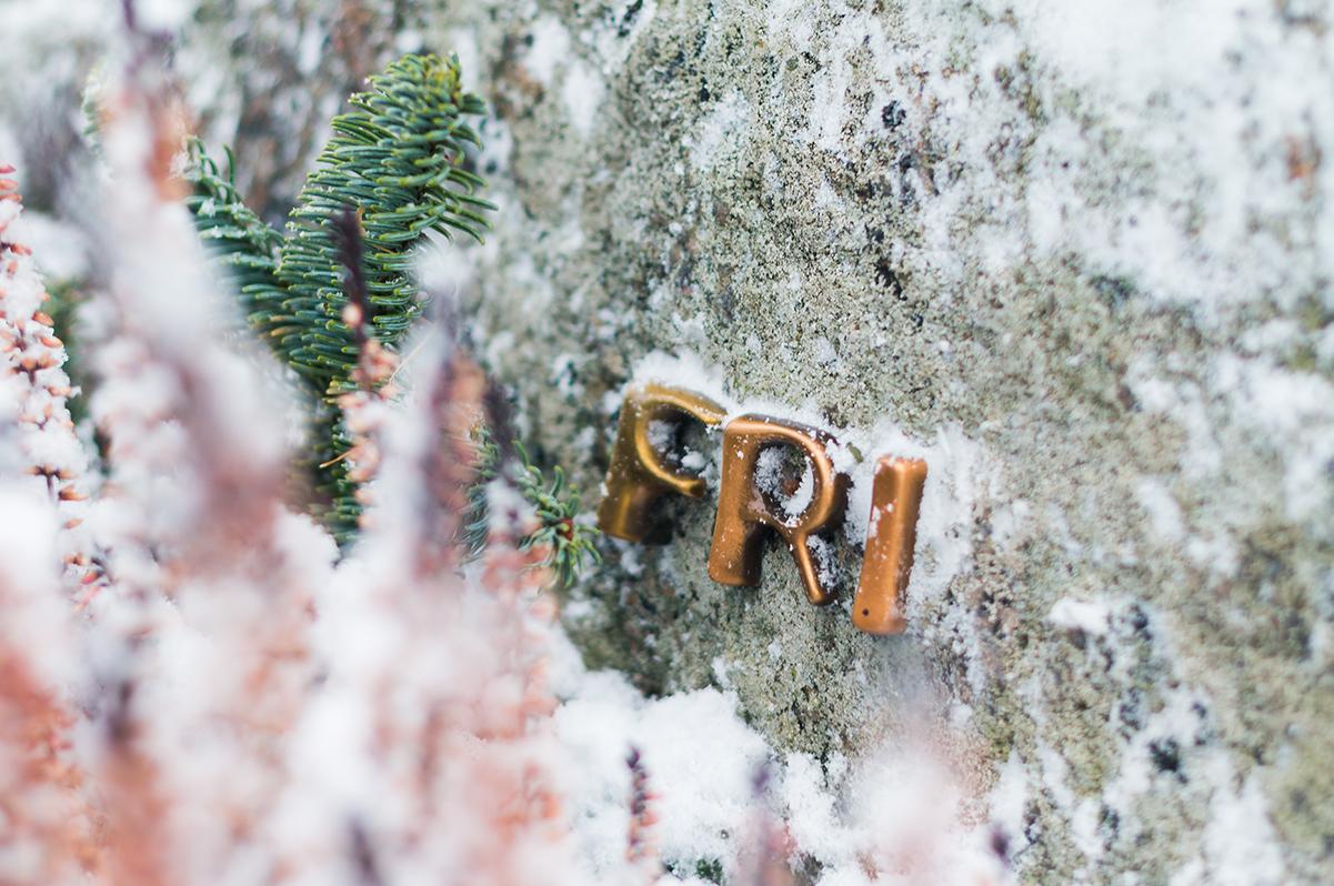 """Påskriften """"Fri"""" vises på gravsteinen"""