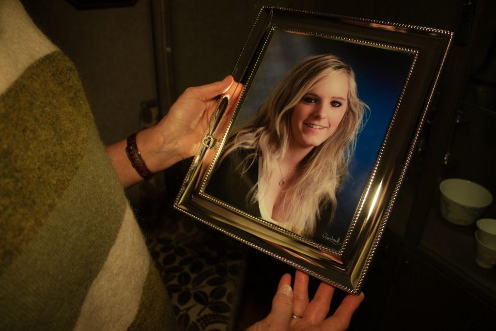 Mors hender på portrett av datter