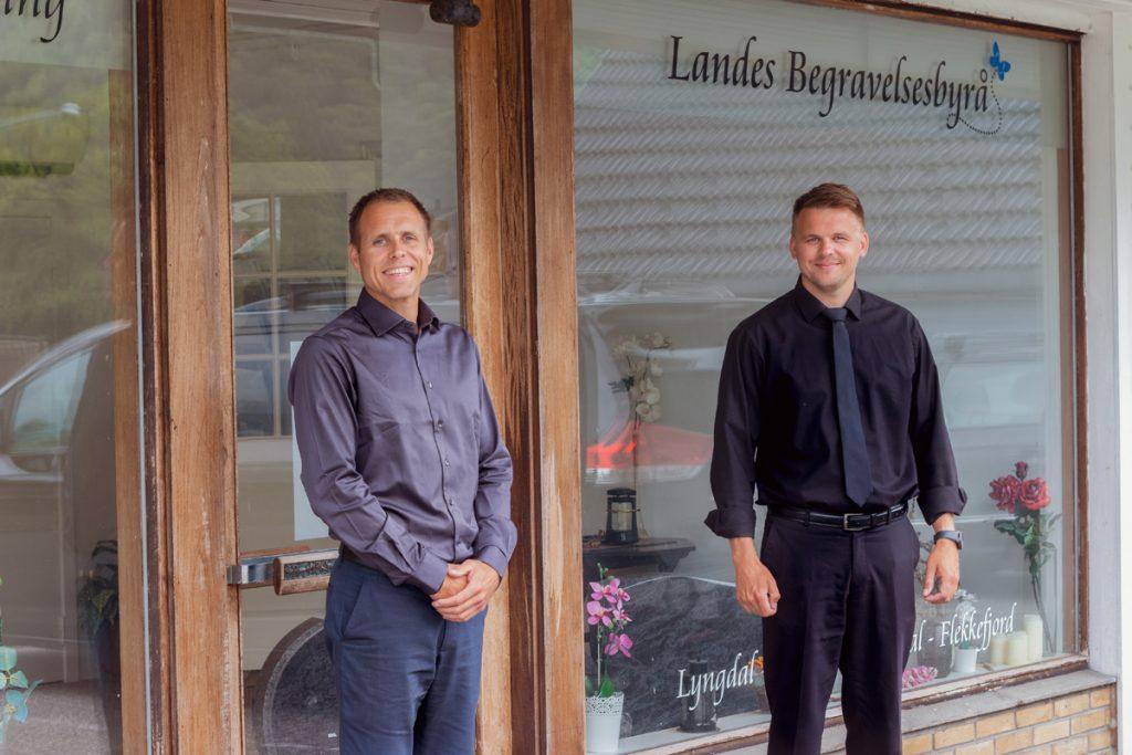 Brødrene Martin og Erik Lande foran kontorinngangen